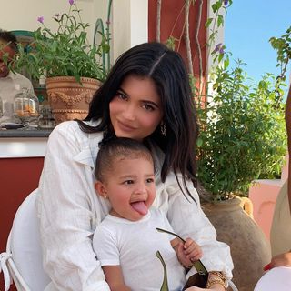 Kylie Jenner combina 'outfit' com Stormi