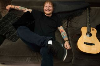 "Ed Sheeran interpreta ""Shape of You"" com... uma banana"