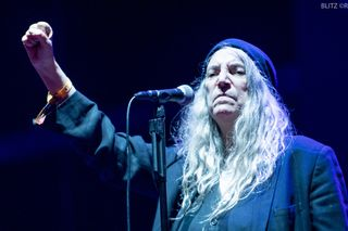 Patti Smith juntou-se a um coro de 200 pessoas para cantar 'People Have the Power'