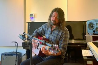 Dave Grohl toca versão intensa de 'My Hero' dos Foo Fighters no festival virtual iHeart Living Room