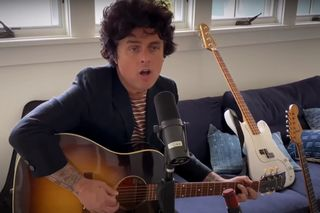"""One World: Together at Home"": a tocante 'Wake Me Up When September Ends', com Billie Joe Armstrong dos Green Day sozinho à guitarra"