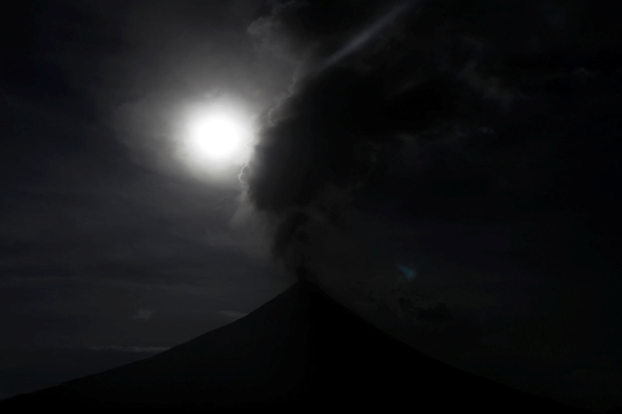 Super Lua Azul de Sangue vista acima do vulcão Mayon, nas Filipinas