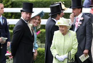 Peter e Autumn Phillips com a rainha Isabel II de Inglaterra