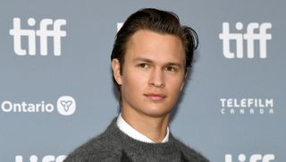 "Após ser acusado de abuso sexual, Ansel Elgort defende-se: ""Foi legal e consensual"""