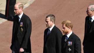 O que revelou a linguagem corporal de Harry e William durante o funeral do duque de Edimburgo?