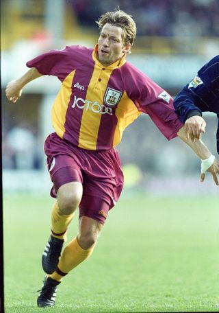 Com o equipamento do Bradford City