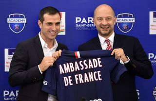 Com a camisola de embaixador do PSG