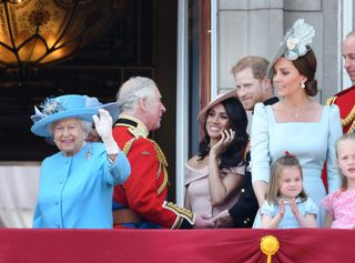 A rainha Isabel II, o príncipe Carlos, Meghan Markle, Kate Middleton, a princesa Charlotte e os príncipes Harry e William