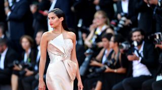 Escultural, Sara Sampaio faz furor na red carpet do festival de cinema de Veneza