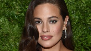 Ashley Graham arrasa e mostra as curvas sem medo num vestido justo