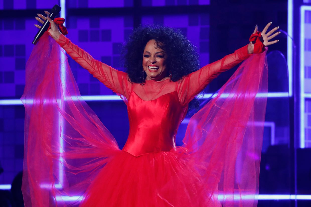 "Numa cerimónia onde as mulheres estiveram em destaque, não podia faltar Diana Ross aplaudida de pé quando surgiu no palco para tocar ""Reach Out and Touch (Somebody's Hand)"" and ""The Best Years of My Life""."