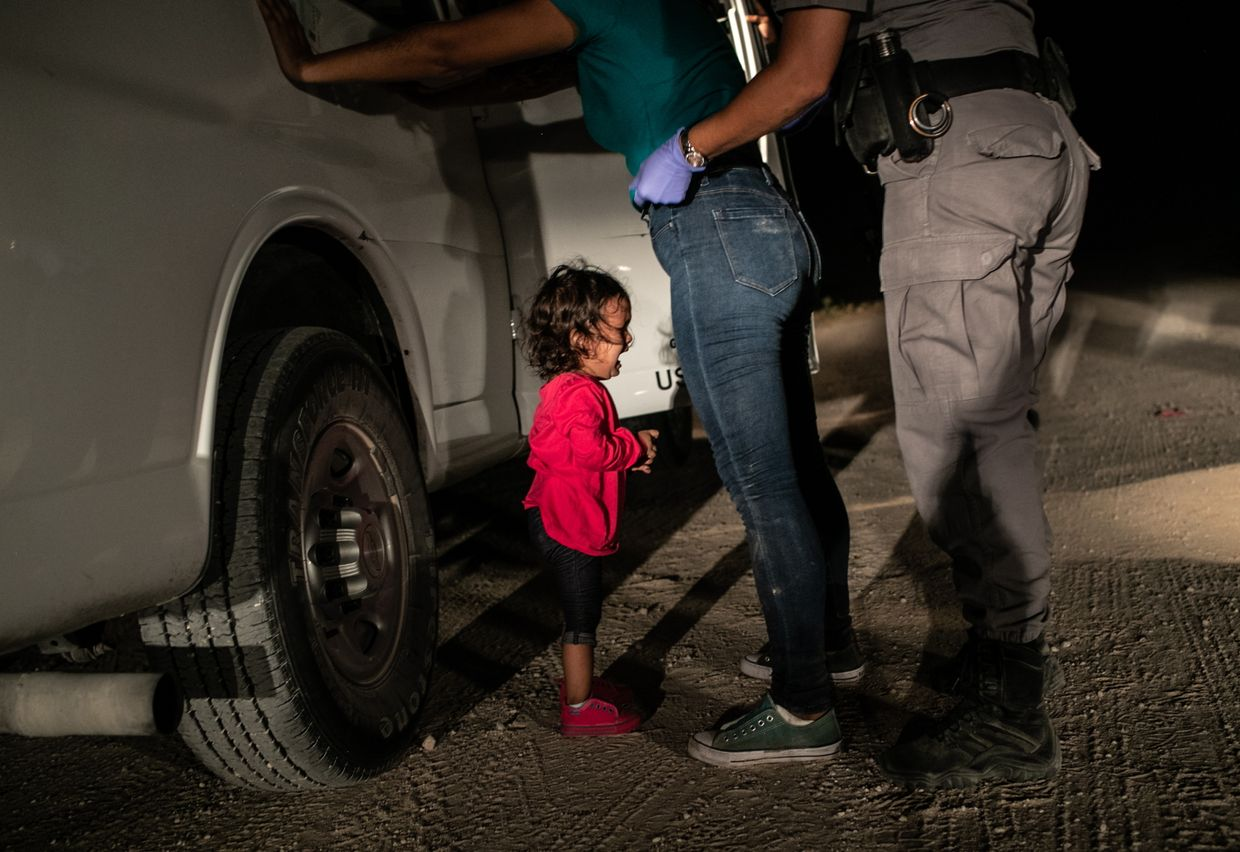 """Crying Girl on the Border"" venceu o Prémio Fotografia do Ano. A hondurenha Yanela Sanchez chora ao ver a mãe detida por guardas fronteiriços norte-americanos no Texas"