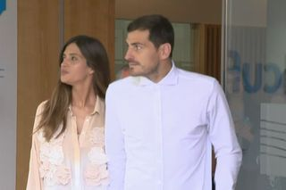 O momento da saída de Casillas do hospital