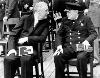 Franklin D. Roosevelt e Winston Churchill reunidos a bordo do navio Prince of Wales na Conferência do Atlântico
