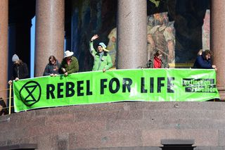 Ativistas do movimento Extinction Rebellion protestam pelo mundo