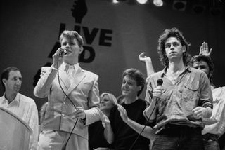 David Bowie, Paul Mccartney e Bob Geldof no concerto Live Aid, em Londres.