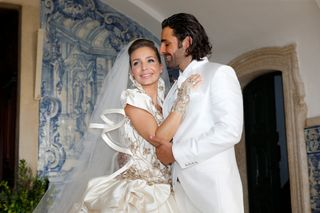 October 21 - Luciana married Daniel Souza at the church of Santo António in Estoril, where the wedding took place after being absent: the best friend of the singer, Ana Micaela Medeiros, and the whole family The bride did not attend the wedding.