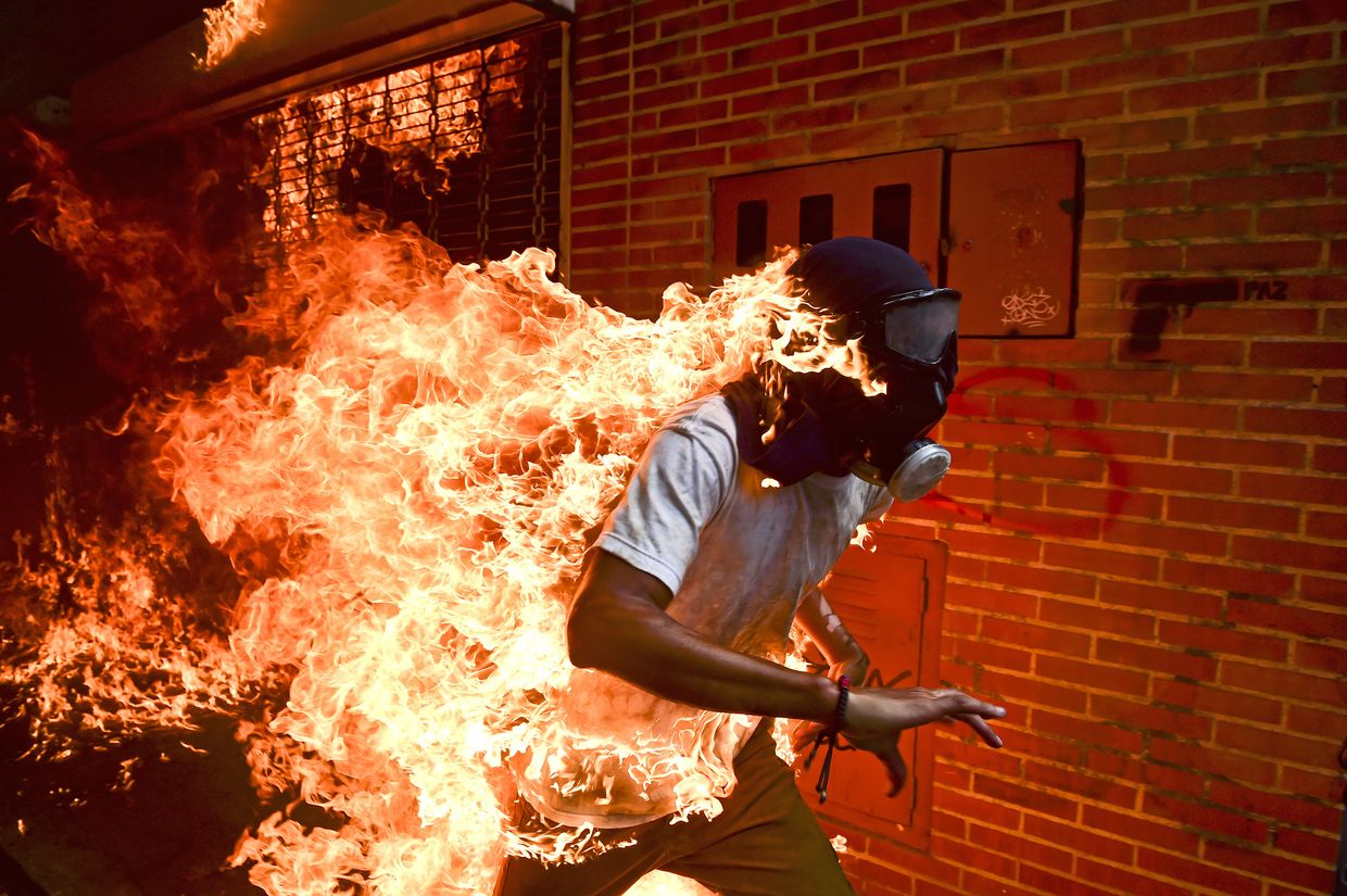 "É do venezuelano Ronaldo Schemidt a fotografia vencedora do World Press Photo 2018, intitulada ""Crise na Venezuela"", na categoria Notícias"
